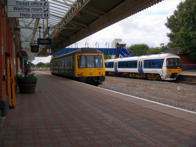 960014 and 165017 at Bicester North (4/8/08)